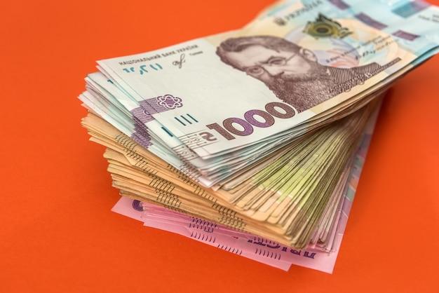 Nowy banknot 1000 z 2020 roku, ukraińskie pieniądze uah na pomarańczowym tle. zapisz koncepcję.