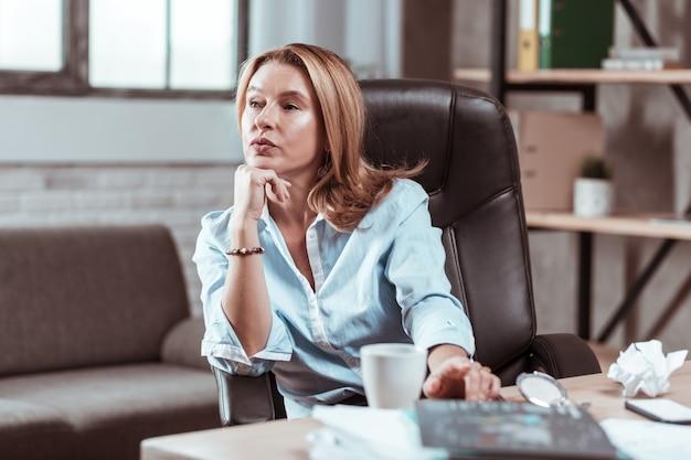 Nowy biznesplan. bizneswoman czuje się zaniepokojony i myśli o nowym biznesplanie