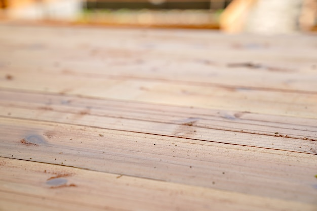Nowy brudny drewniany talerz z kurzem na nim w ogrodzie na świeżym powietrzu.