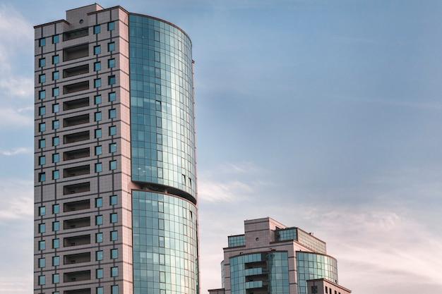 Nowy budynek biurowy w centrum biznesowym.