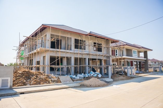 Nowy budynek mieszkalny w stylu współczesnym w toku na budowie z błękitnym niebem