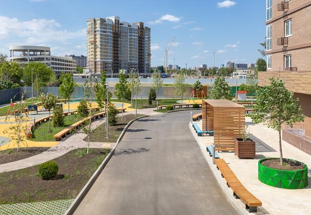 Nowy budynek mieszkalny z placami zabaw i zielonymi terenami rekreacyjnymi dobiega końca budowa nowej nowoczesnej osiedla