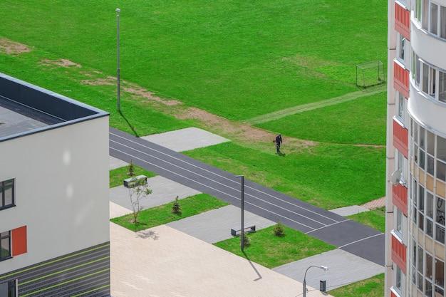 Nowy budynek na dziedzińcu, usługi komunalne sprzątania trawnika. widok z lotu ptaka.