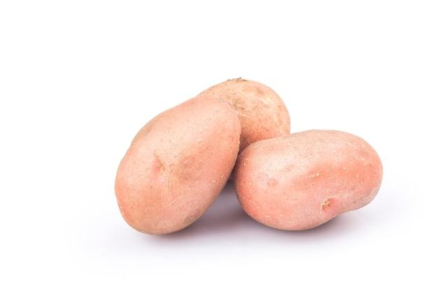 Nowy czerwony ziemniak na białym tle