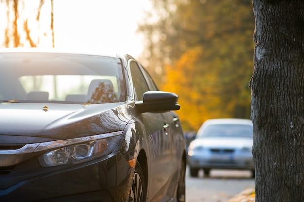 Nowy czysty samochód zaparkowany od strony ulicy miasta.