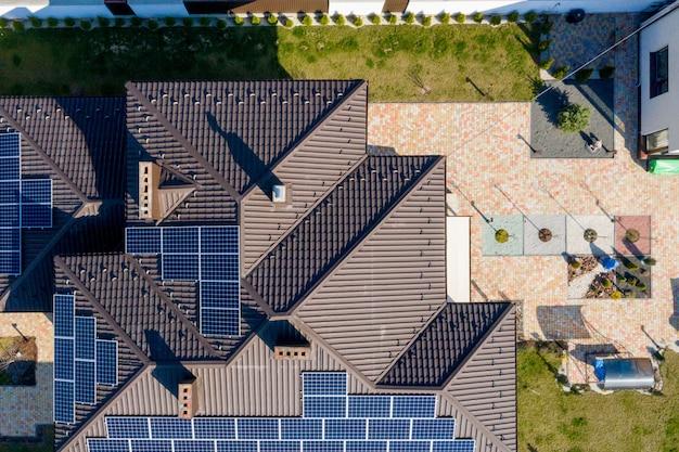 Nowy dom z ogrodem i panelami słonecznymi na dachu