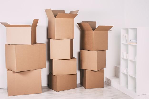 Nowy dom z pudełkami w pustym pokoju