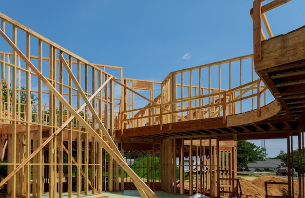 Nowy drewniany dom ekologiczny od naturalnych materiałów w budowie po czyste niebo od wewnątrz.