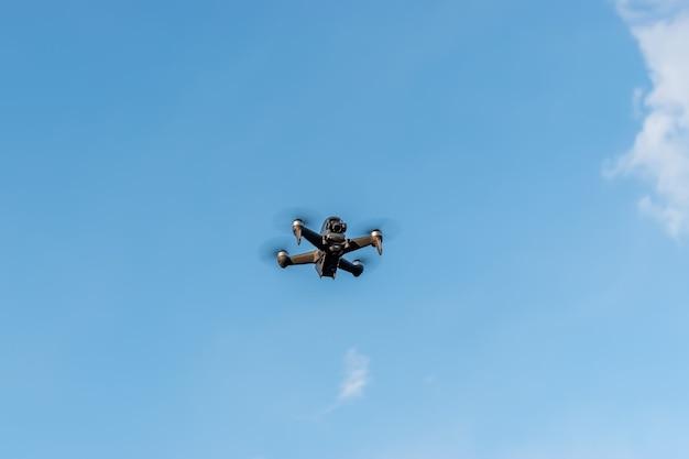 Nowy dron dji fpv leci w słoneczny dzień na tle nieba
