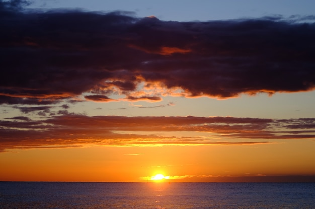 Nowy dzień na plaży, moment wschodu słońca