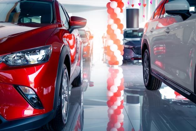 Nowy i błyszczący luksusowy samochód suv zaparkowany w nowoczesnym salonie na sprzedaż