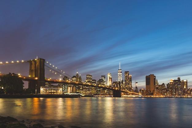 Nowy jork, brooklyn bridge i centrum manhattanu