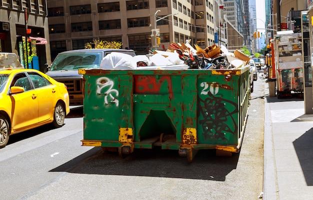 Nowy jork manhattan nad przepływającymi śmietnikami pełnymi śmieci