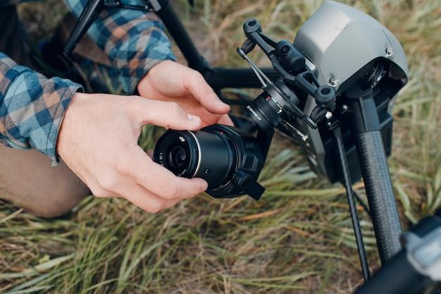 Nowy jork, usa - 18 września 2021: pilot człowiek sprawdzający drona dji inspire 2 i zakładający obiektyw zenmuse x7 przed lotem i filmowaniem