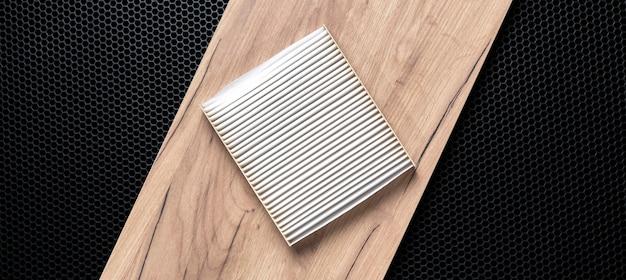Nowy kwadratowy biały filtr samochodowy do kabiny płaskiej leżał na ciemnym tle