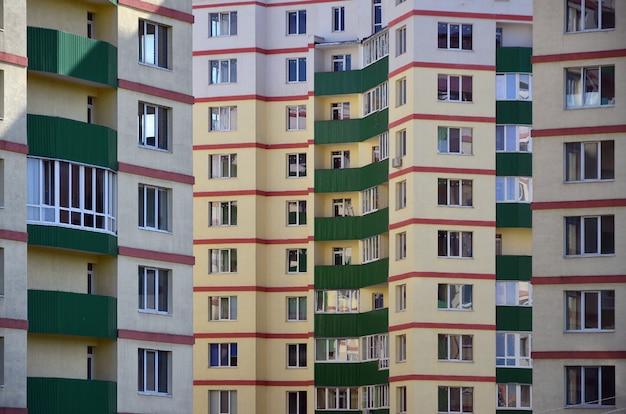 Nowy lub niedawno ukończony wielopiętrowy budynek mieszkalny