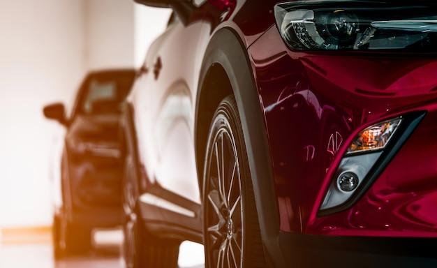 Nowy luksusowy samochód suv zaparkowany w showroomie na sprzedaż