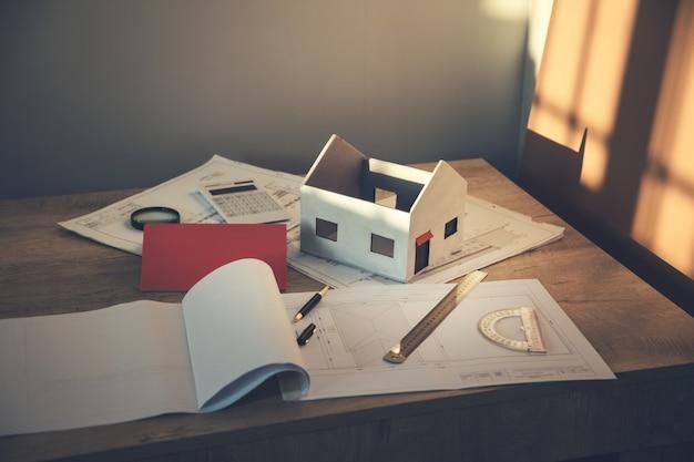 Nowy model domu na planie architektonicznym na biurku