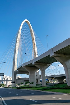 Nowy most wantowy w sao jose dos campos, znany jako łuk innowacji. widok pionowy