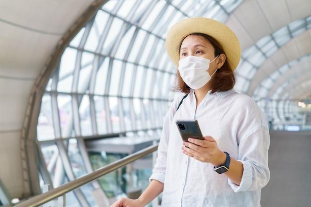 Nowy normalny turysta w masce podróżuje na lotnisku