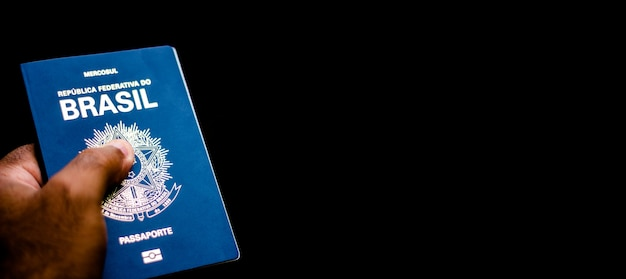 Nowy paszport federacyjnej republiki brazylii - paszport mercosur na czarnym tle - ważny dokument dotyczący podróży zagranicznych.