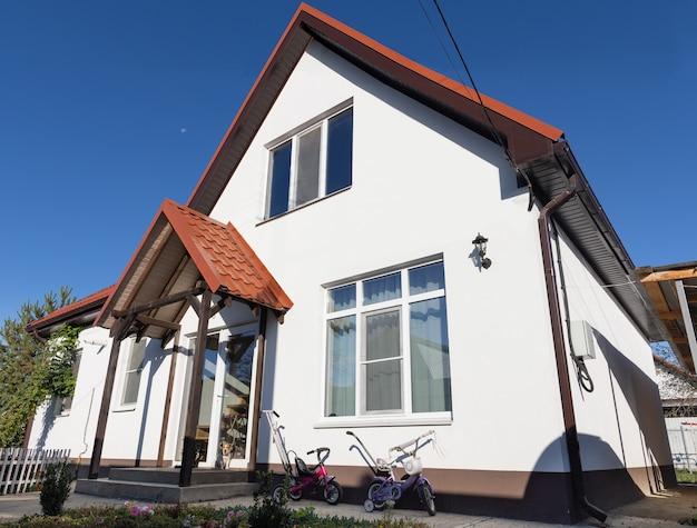 Nowy piękny dom przy słonecznej pogodzie