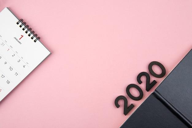 Nowy rok 2020 kalendarz na różowym tle