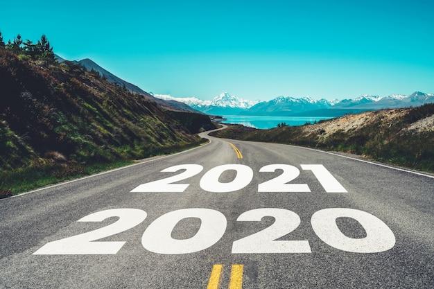 Nowy rok 2021 podróż samochodem i koncepcja wizji przyszłości