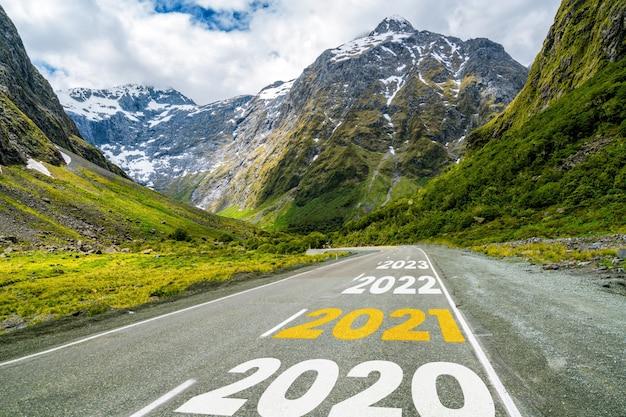 Nowy rok 2021 podróż samochodem i koncepcja wizji przyszłości.