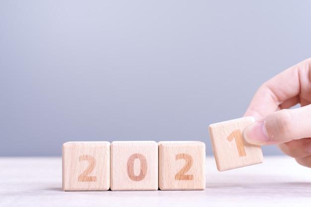 Nowy rok abstrakcyjna koncepcja projektowania z kostkami drewna na białym tle