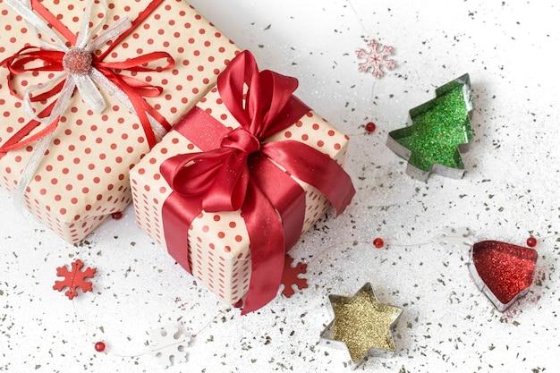 Nowy rok białe tło uroczysty prezent związany z czerwoną wstążką.