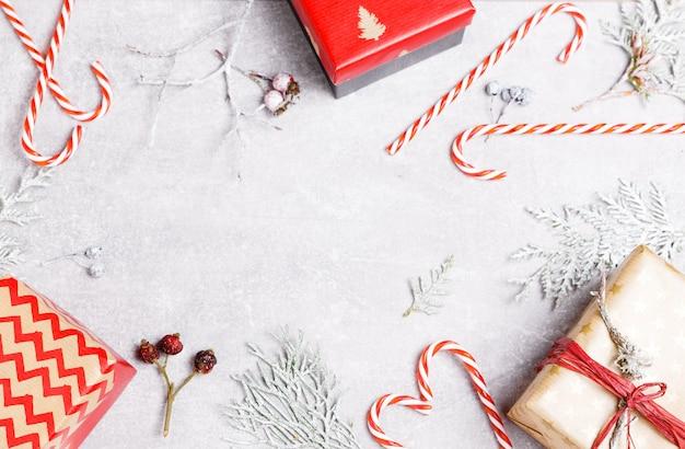 Nowy rok boże narodzenie boże narodzenie 2019 święto celebracja czerwony prezent pudełko cukierków trzciny zielony jodła gałąź kopia przestrzeń na białym tle na białym tle minimalistycznym stylu. szablon karty z pozdrowieniami.