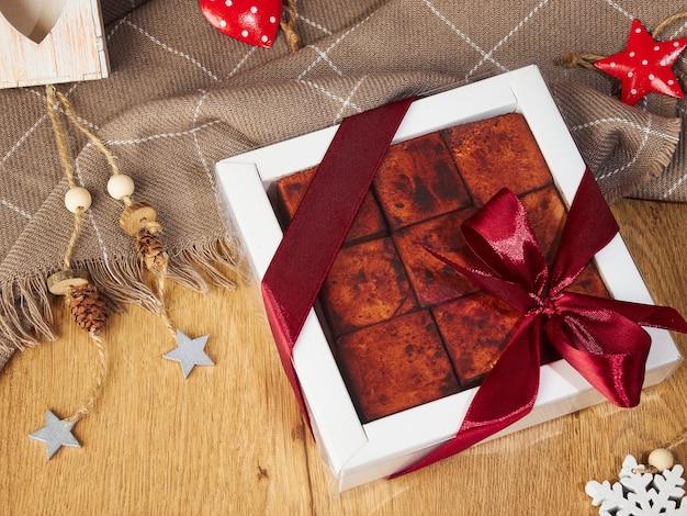 Nowy rok boże narodzenie martwa natura kwadratowych ręcznie robione cukierki suflet w czekoladzie na drewnianym tle