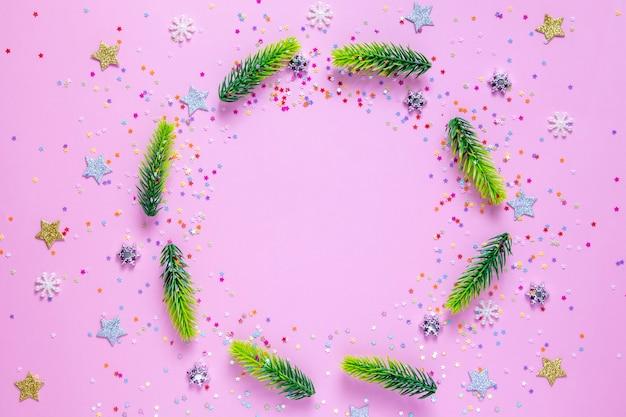 Nowy rok boże narodzenie mieszkanie leżało z drzewami, gwiazdami, płatkami śniegu z miejscem na kopię na różowo