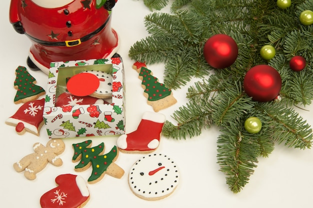 Nowy rok boże narodzenie święty mikołaj z ciasteczkami i choinką na białym tle