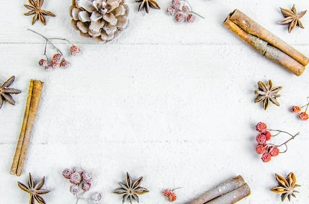 Nowy rok, boże narodzenie, tło. kulki, cynamonowy guzek popiół śnieg kopia przestrzeń