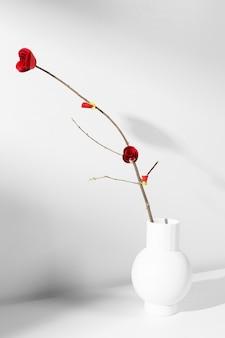 Nowy rok chiński 2021 czerwony kwiat w wazonie
