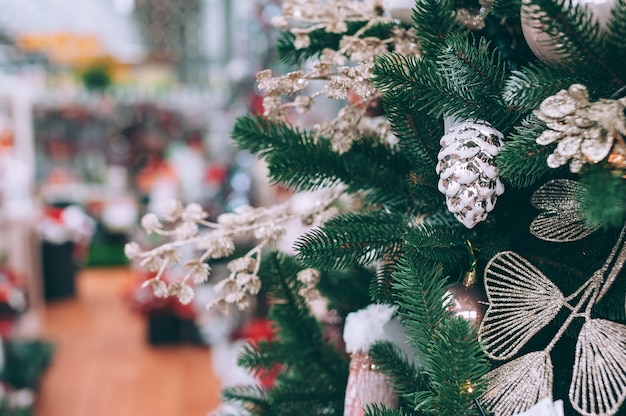 Nowy rok, choinka z dekoracjami.