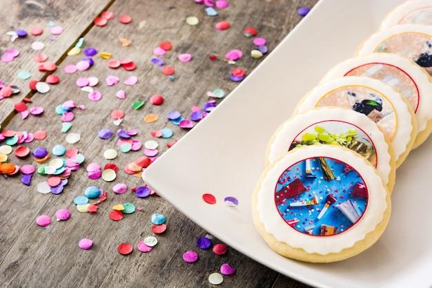 Nowy rok ciasteczka i konfetti na białym tle copyspace