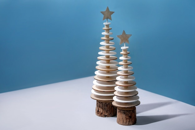 Nowy rok cristmas projekt kartkę z życzeniami kreatywny układ z nowoczesnymi dekoracjami świątecznymi drewnianymi jodłami i akwarelowymi elementami kreatywnymi na niebiesko