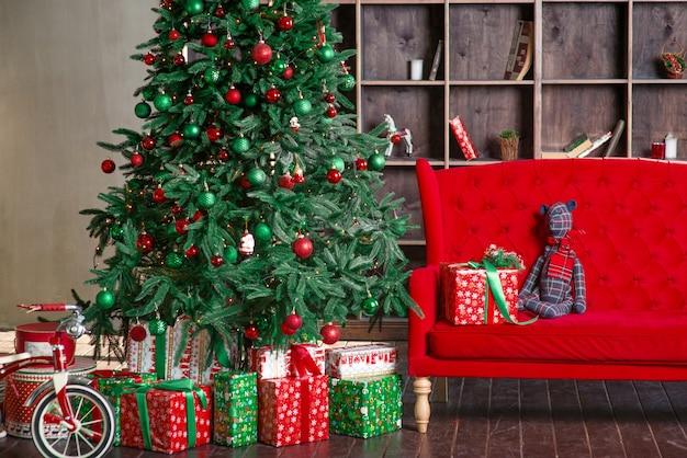 Nowy rok drzewo z dekoracją czerwona sofa półka na książki obecne pudełka