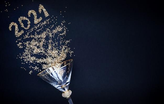 Nowy rok i boże narodzenie. błyszczące szkło na czarnym tle. błyszczące numery 2021 kopia przestrzeń