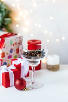 Nowy rok i boże narodzenie. zabawki, prezenty, drzewo, szkło z szyszkami, girlanda