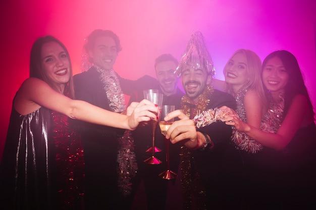 Nowy rok impreza klubowa z grupą przyjaciół