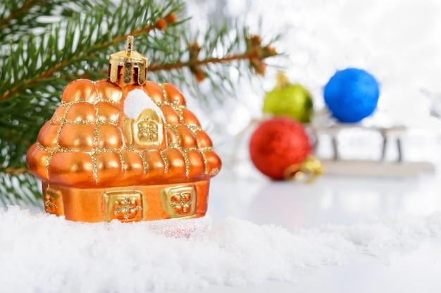 Nowy rok, kartkę z życzeniami świątecznymi. mały dekoracyjny dom na śniegu -
