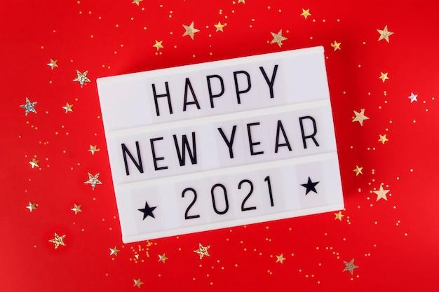 Nowy rok lub boże narodzenie 2021 skład płasko leżał widok z góry. święta bożego narodzenia święto lightbox z tekstem czerwonym tle. szablon projektu tekstu karty z pozdrowieniami