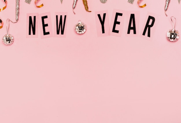 Nowy rok napis z miejsca kopiowania różowy tło