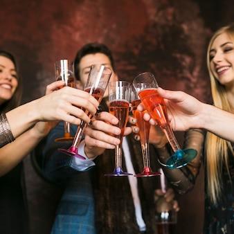Nowy rok party i przyjaźni koncepcja z przyjaciółmi opiekania