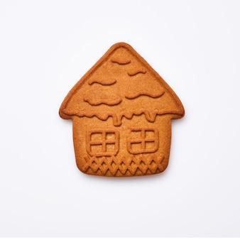 Nowy rok pierniki lub ciasteczka w kształcie małego domu na białym tle. obraz kwadratowy. widok z góry.