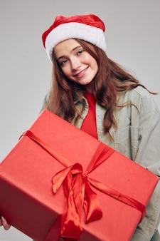 Nowy rok prezenty happy girl szare tło nakrycia głowy boże narodzenie